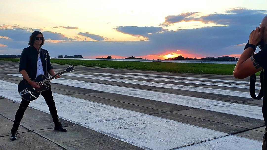 Björn Martins Fotoshooting Flugplatz Sonnenuntergang News